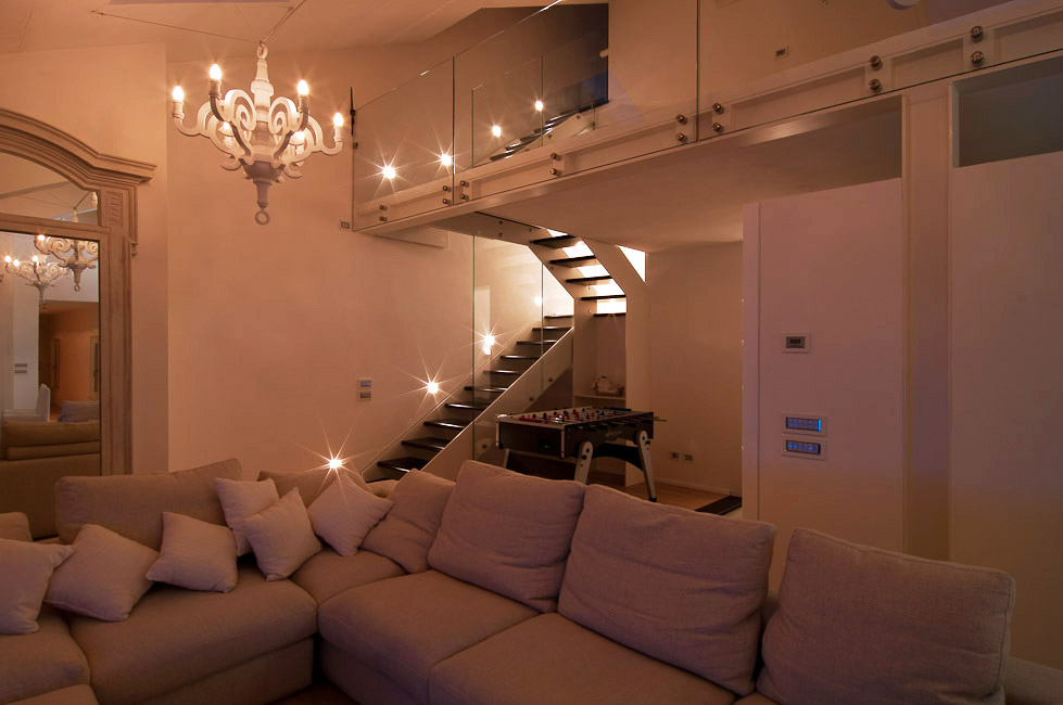 Total white e luci suggestive per una casa di piacenza cignoli