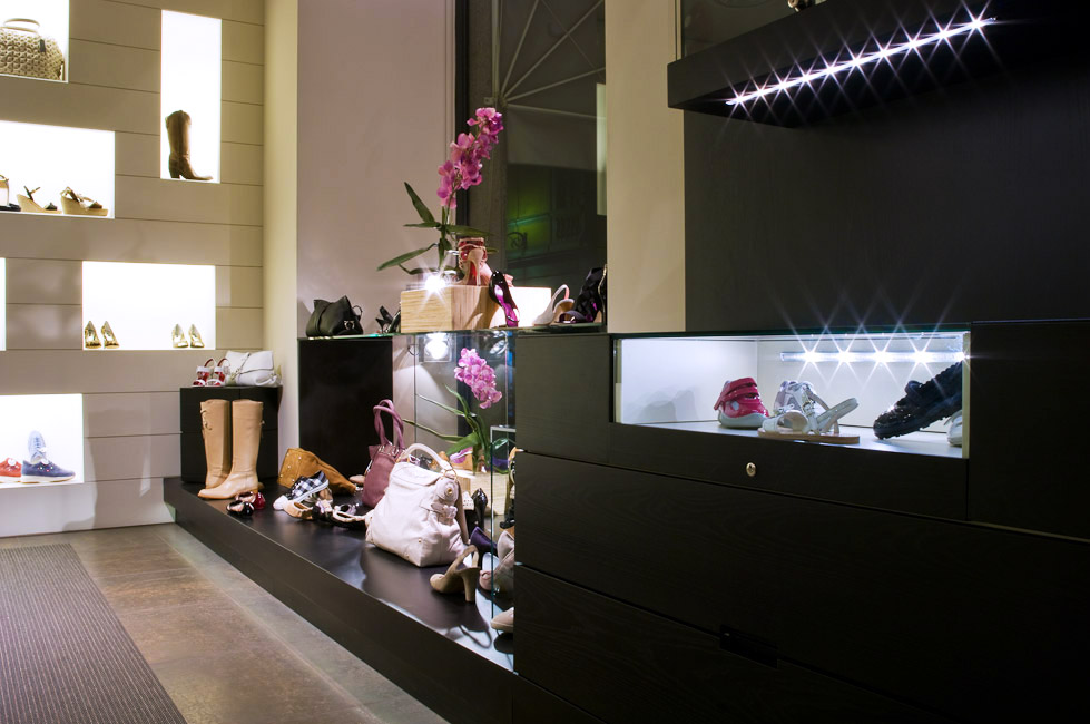 Illuminazione di evidenza per i prodotti di un negozio di scarpe